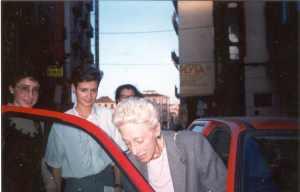 Encarnita con l chaqueta entra en un coche rodeada de universitarias del Colegio Mayor Los Arces